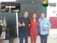 """Vereadores de ILHA COMPRIDA prestigiam a programa """"Vale do Futuro"""" e comemoram a liberação da pavimentação da estrada até Pedrinhas."""